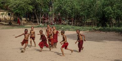 espinosa-art-photo_monk-children